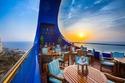 يشتهر بالشرفة الخارجية المُطلة على البحر