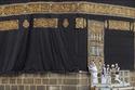 شاهد مراسم استبدال ثوب الكعبة بالصور.. الكعبة المشرفة تكتسي حلتها