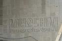 كلمة متحف منحوتة باللغة العربية والانجليزية والهيروغليفية