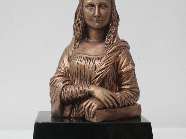 تمثال يجسد لوحة الموناليزا