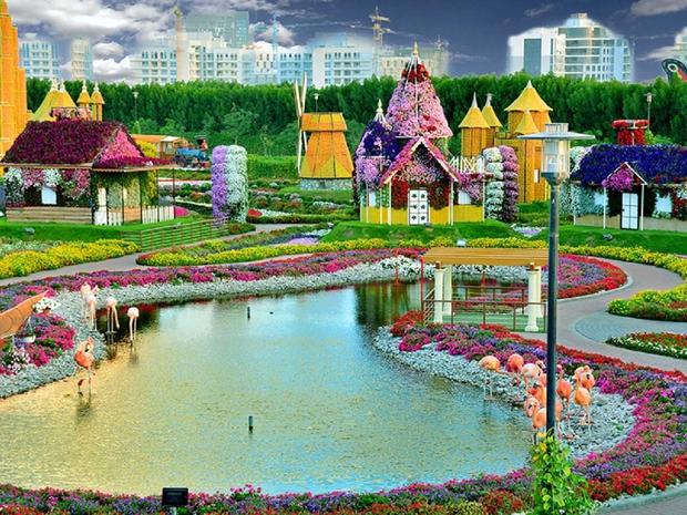 البحيرات الصناعية الجميلة في حديقة الزهور المعروفة بدبي مراكل