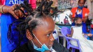 على شكل الفيروس: تصفيفة جديدة لشعور فتيات كينيا في زمن الكورونا