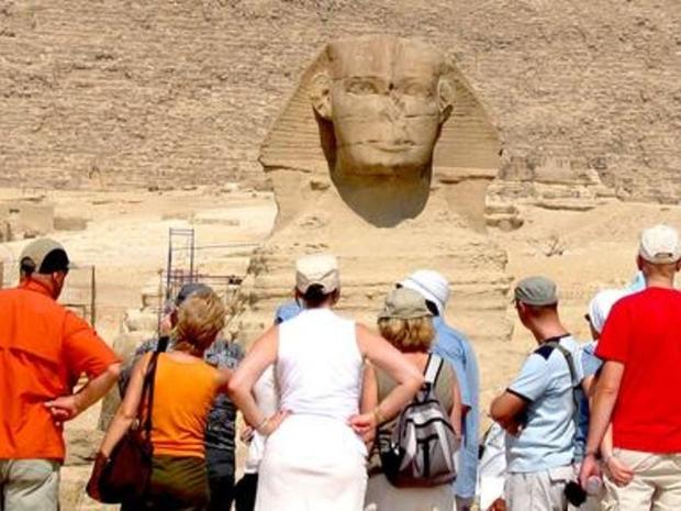 أنت على مقربة من أبو الهول حارس الأهرامات يمكنك التقاط الصور معه