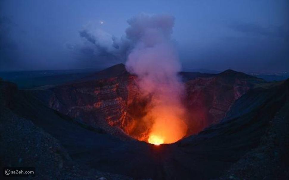 مغامرة مجنونة: أمريكي يستعد للسير على الحبل فوق بركان نشط