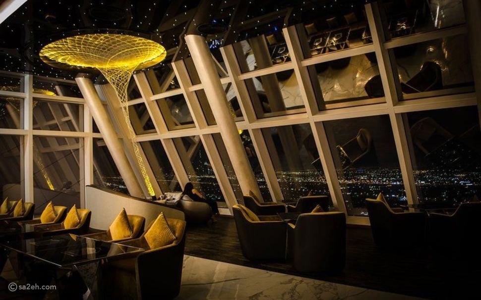 """مطعم ذكي من الذهب في دبي يختار زبائنه ويقدم عصائر """"الماعز والجمل"""""""