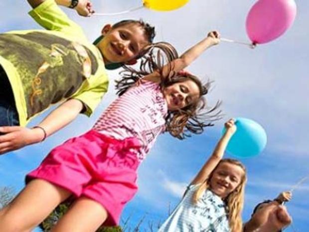 فرحة العيد في قطر والأطفال بملابس العيد