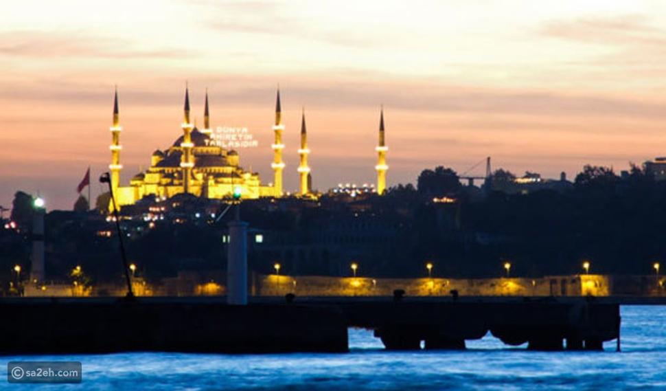 يخت في مضيق البسفور في تركيا
