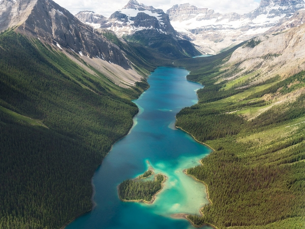 لا تتردد في تجربة الجلوس بين الجبال والاستمتاع بأجواء المغامرة