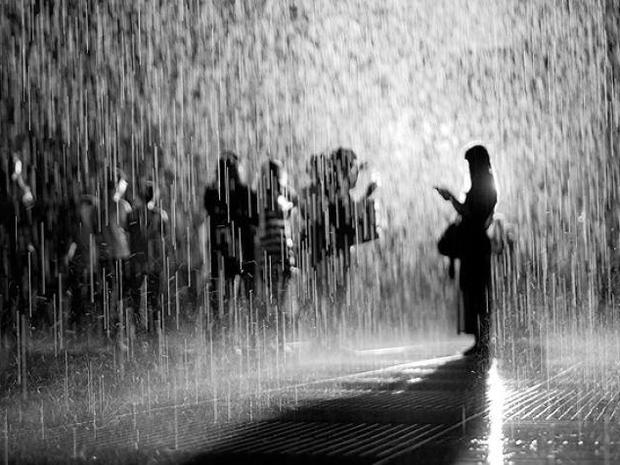 يسمح للزوار السير خلال الأمطار الغزيرة