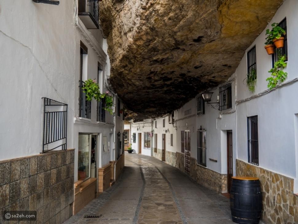 تحت صخرة: مدينة إسبانية حول أهلها الكهوف إلى منازل رائعة