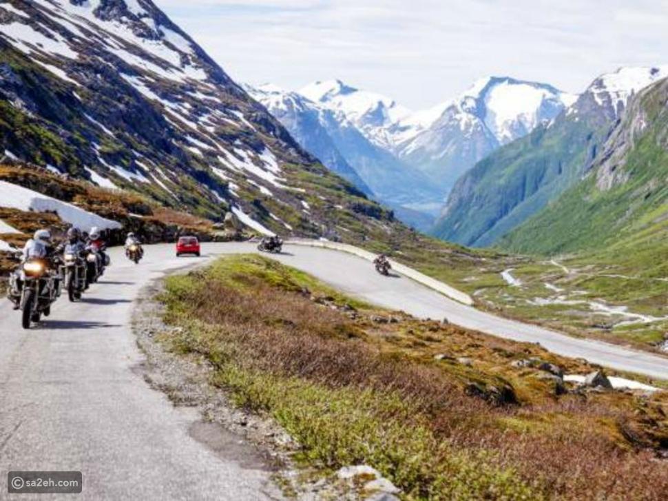 تأخذ رحلة دراجة نارية في النرويج