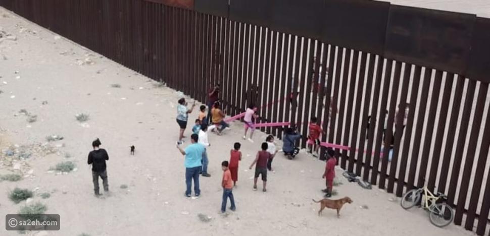 أرجوحة وردية على الحدود بين الولايات المتحدة والمكسيك