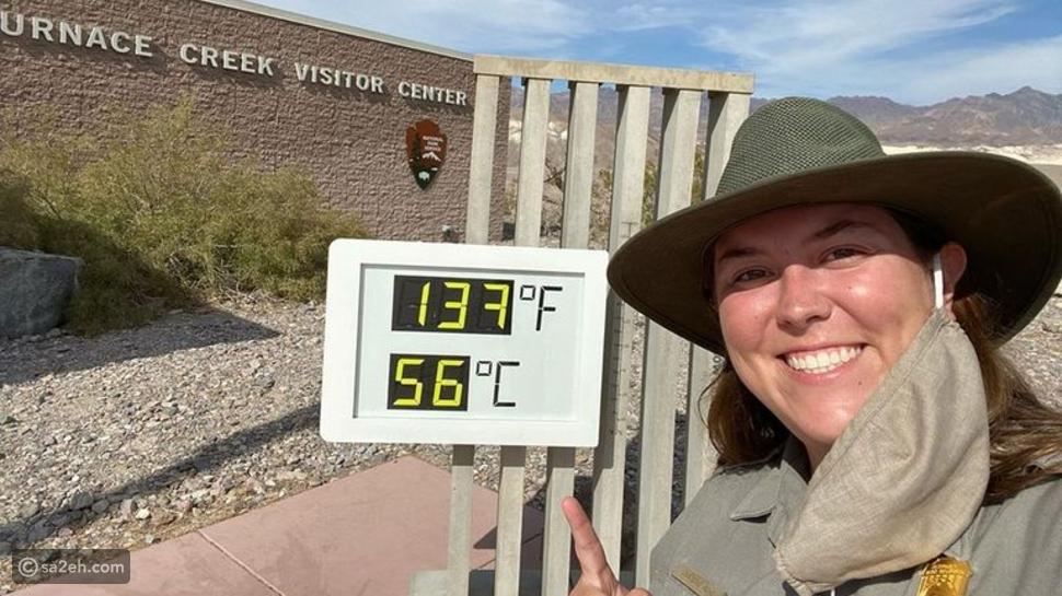 سائحة تلتقط سيلفي مع مقياس درجة الحرارة في وادي الموت