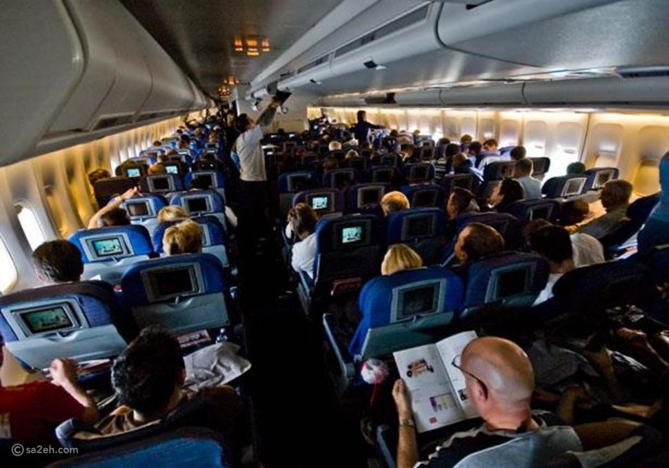لماذ تُخفف إضاءة الطائرة أثناء الإقلاع والهبوط؟ السبب الحقيقي مرعب