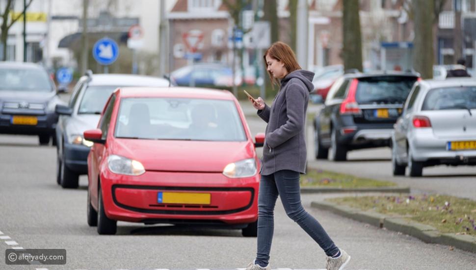 تحذير للمشاة: استخدام الهواتف عند عبور الطريق يعرضكم للغرامة قد تصل..