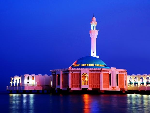 روعة امتزاج الحضارة الإسلامية مع انعكاس الأضواء على البحر