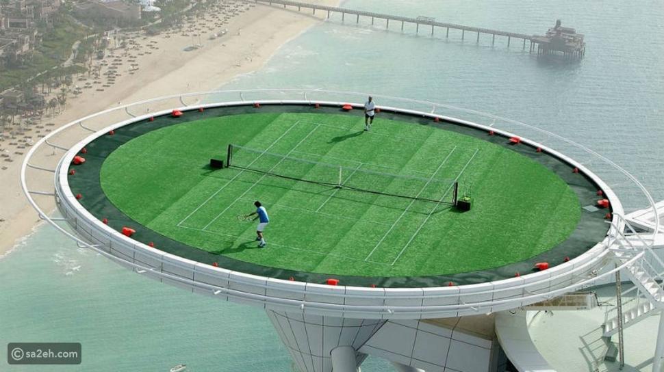 أن تلعب كرة المضرب في مهبط للطائرات
