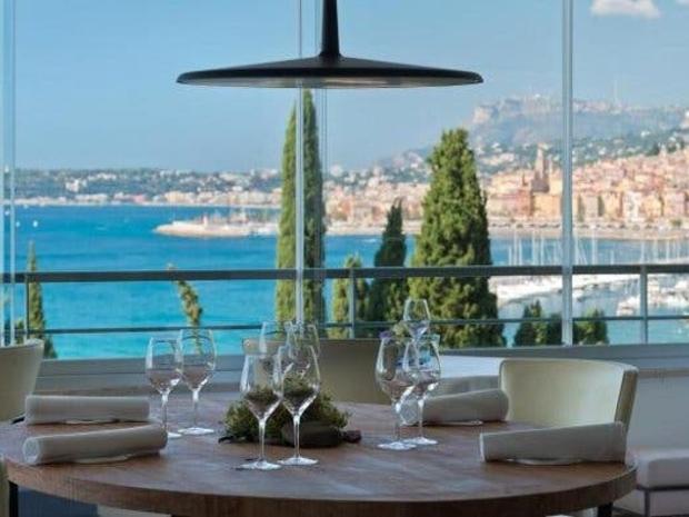 المطعم في فرنسا وحاصل على ثلاث نجوم في تصنيف ميشلان الفرنسي