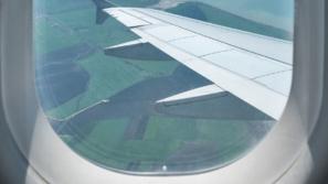 ما سر الثقب الصغير في أسفل نافذة الطائرة؟
