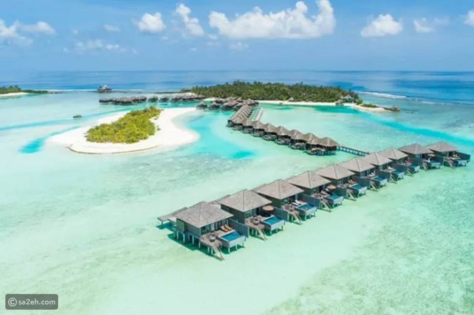 منتجع مالديفي يقدم عرضاً للإقامة لمدة عام في أجنحة معلقة فوق المياه