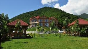 قصر تشينوت قابالا: جدد شبابك في قلب غابات القوقاز الساحرة