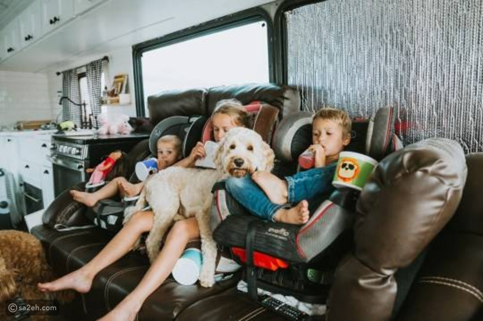 تخلت عن العمل والسكن والآن تعيش في حافلة: أسرة بريطانية تحقق حلم السفر