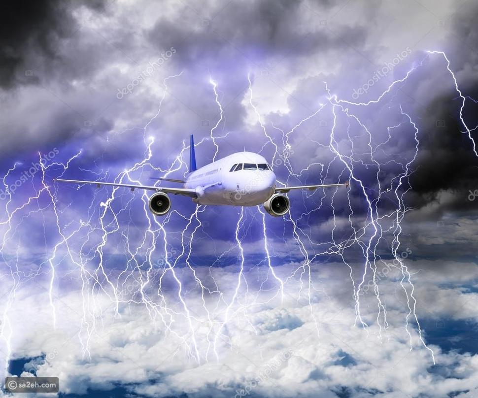 إليك ما يحدث عندما تصاب الطائرة بالبرق