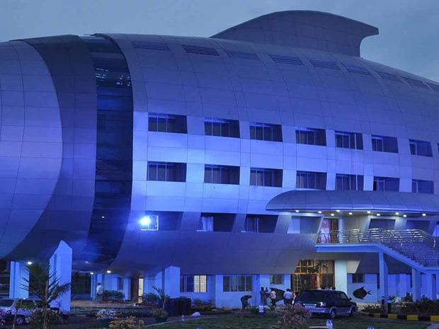 مبنى بالكامل على شكل سمكة