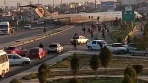 شاهد: طائرة ركاب إيرانية تنحرف عن مسارها وتهبط في الشارع