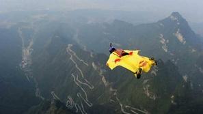 لحظة مرعبة لسقوط سائح واصطدامه بأحد الجبال أثناء ممارسة الطيران المجنح