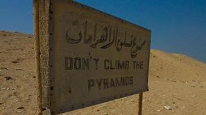بالفيديو: سائح الألماني يتسلق الأهرامات المصرية ونهايته مفاجئة!