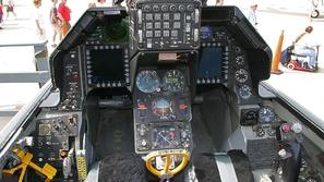 بالفيديو: من داخل مقصورة طائرة الـ F16