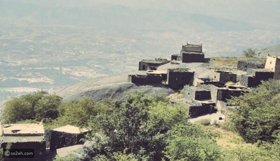 يوجد في قرية غية حوالي 35 بيتاً ومسجدا وعين ماء